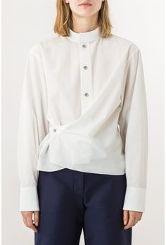 Twisted shape High collar Drop arm Asymetrical buttons Button sleeves Mother of pearl buttons Tone-on-tone topstitching Womens Linen Clothing, College Fashion, Japanese Fashion, Blouse Designs, Blouses For Women, Shirt Style, Fashion Outfits, Shirts, Clothes