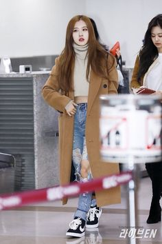 Damn, BLACKPINK are truly the queens of airport fashion. Blackpink Fashion, Asian Fashion, Daily Fashion, Fashion Outfits, K Pop, Kpop Mode, Kim Jisoo, Vogue, Airport Style