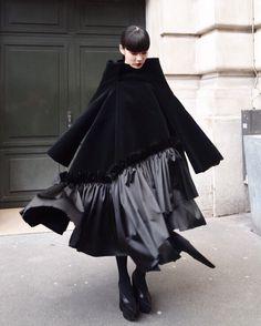 コムデギャルソン Dark Fashion, Minimalist Fashion, Fashion Art, Womens Fashion, Fashion Tips, Fashion Design, Fashion Trends, Fashion 2020, Art Conceptual