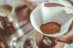 コーヒーをドリップしたあと、どうしても出てしまうコーヒーかす。このコーヒーかす、そのまま捨ててしまっていませんか?実は、コーヒーかすには消臭効果や除湿効果などもあったり、とっても優秀なんです。有効に活用して快適な生活を送れる、コーヒーかすの10のアイディアをご紹介します♪