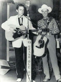 Johnny Cash and Ernest Tubb at the Grand Ole Opry Old Country Music, Country Western Singers, Country Musicians, Country Music Artists, Country Music Stars, Vintage Country, Outlaw Country, American Country, Country Style