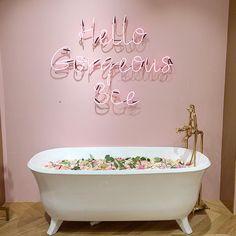 Style Nanda Pink Hotel 4/9 | Ainda no 1o andar: banheira e neon ❤️. Lembrando, isso é uma loja de roupas/make! . #3ce #stylenanda #stylenandapinkhotel #brocosplace