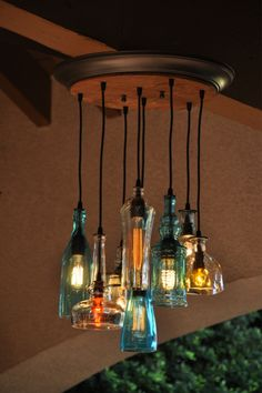 Glendora - Recycling Flasche Licht Kronleuchter mit anpassbaren Metall Baldachin und Vintage-Stil-Birnen - rustikale Dekor - Bauernhaus Licht This is an 8 pendant reycled bottle chandelier made from recycled bottles. The rubber cords are mou Recycled Bottles, Lamp, Chandelier Lighting, Farmhouse Lighting, Metal Canopy, Bottle Chandelier, Bottle Lamp, Lights, Light Fixtures