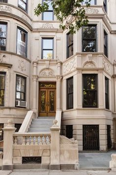 This five-story New York City townhouse features a grand appeal thanks to a contemporary renovation led by Elizabeth Roberts Design and MADE Architecture. summer holiday aesthetic Brilliant renovation of a five-story New York City townhouse Future House, Ville New York, Dream Apartment, New York City Apartment, Paris Apartment Interiors, City Apartments, Manhattan Apartment, Good House, City Living