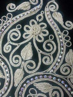 فتلة Tambour Embroidery, Couture Embroidery, Gold Embroidery, Embroidery Dress, Embroidery Designs, Motif Soutache, Kutch Work, Beading Techniques, Gold Work