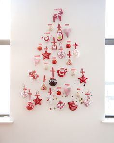 Before it's gone, souvenir of my 2013 christmas tree-no-tree. Ecological and scandinavian inspired, just stick a bunch of home made felt ornaments to the wall using pretty washi tape … :-)
