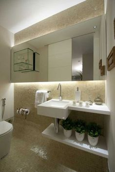 """A arquiteta Vivian Coser diz que pretendia criar um espaço """"clean e atemporal"""" quando projetou este lavabo de 2,5 m². Ela escolheu pastilhas de vidro madrepérola da Vidrotil e acessórios da Via Design, Interbagno e Deca"""
