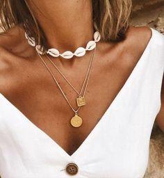 Collier tendance 2019 – Bijoux fantaisie tendance cadeaux pas cher - Want to Learn to Dress? Seashell Jewelry, Cute Jewelry, Body Jewelry, Women Jewelry, Seashell Necklace, Dainty Jewelry, Trendy Necklaces, Shell Necklaces, Cowrie Shell Necklace