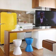 Essa idéia vai para pequenos apartamentos! A TV dá suporte para a sala ou para a cozinha... PS: já repararam que eu quase não gosto de detalhes amarelos né? #design #interiores #arquitetura #archlovers #archlife #apto #amarelo #colors #tv #wood