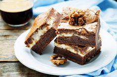 A puha brownie túrós, mascarponés krémmel abbahagyhatatlan. Paleo Brownies, Nigella, Cake Cookies, Tiramisu, Muffin, Sweets, Ethnic Recipes, Food, Mascarpone