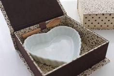 Caixa em papelão holler, forrada em tecido 100% algodão. Não acompanha cerâmica de coração, apenas sugestão. Para lembrança aniversário, casamento, brigaderia, etc. R$ 35,00