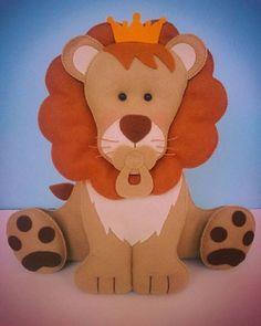 Leão em feltro para decoração, fica em pé sem apoio.    Altura aproximada: 25 cm  Largura aproximada: 30 cm