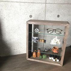 お気に入りの雑貨やコレクションなど素敵に飾れるガラス棚がダイソーの材料で出来ちゃいます! かかった費用は1000円程!