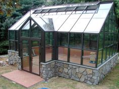 Greenhouse with ventilated roof
