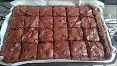 1 Bata bem os ovos com o açúcar com um fouet. Acrescente o Nescau e a manteiga ou margarina derretida e misture bem. 2 Junte a farinha e o chocolate derretido e misture até ficar homogêneo. 3 Despeje em fôrma retangular untada com manteiga e... Oreo Brownies, Brownie Cupcakes, Pumpkin Spice Cupcakes, Chocolate Brownies, Trifle, Chocolates, Cake Recipes, Snack Recipes, Cinnamon Cream Cheeses