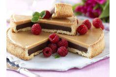 Ljus och mörk chokladkola möter syrliga söta hallon. Himmelskt gott! Best Dessert Recipes, No Bake Desserts, Sweet Recipes, Cookie Recipes, Delicious Desserts, Pie Dessert, Dessert Drinks, Grandma Cookies, Cookie Cake Pie