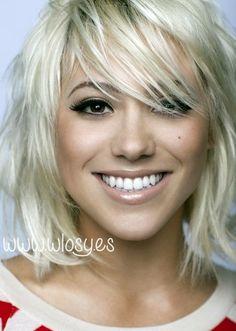 Modna fryzura 2014 - blond cieniowane włosy i długa grzywka na bok /Medium blond hair with side swept bangs