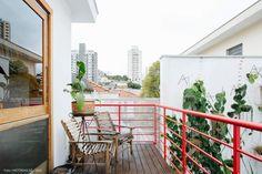 Casa com terraço, deck e guarda-corpo vermelho tem poltronas de madeira e parede com plantas. Interior Architecture, Interior Design, Outdoor Spaces, Outdoor Decor, The Great Outdoors, Terrace, House, Apartment Ideas, Deck