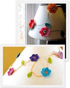abajour customizado com flores de crochê