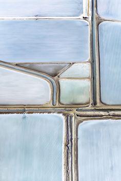 Op Google Earth had de Britse fotograaf Simon Butterworth de zoutvelden in Shark Bay in West-Australië gezien. Het was het geometrische patroon dat hem interesseerde en hem deed besluiten de zoutvelden vanuit de lucht te fotograferen. Op een dag zonder één wolkje aan de lucht, wachtte hem daar een grote verrassing. Op Google Earth waren de zoutvelden groenig geweest, hier – op 5.000 voet (ca. 1.70...