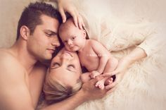 newborn photographer, baby with mother and father. Image by Carrie Sandoval
