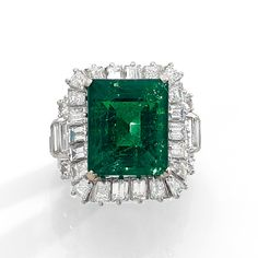 A diamond and 18K gold ring set with a beautiful rectangular shaped emerald weighing 12,74 cts.