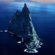BALL'S PYRAMID – AUSTRÁLIA   Com 562 metros de altura, é uma estrutura geológica que se assemelha a uma coluna, localizada no mar. É a mais alta do mundo nesta categoria e se formou há 7 milhões de anos, pelo processo de erosão. É localizada no Oceano Pacífico e fica próxima ao território australiano.