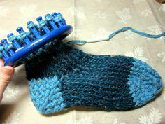 Caron Loom Knitting Album: Toe-up-opetusohjelma – DIY Neulonta – sukka neulonta Knitting Loom Socks, Round Loom Knitting, Loom Knitting Stitches, Spool Knitting, Knifty Knitter, Loom Knitting Projects, Yarn Projects, Knitting Tutorials, Knitting Machine
