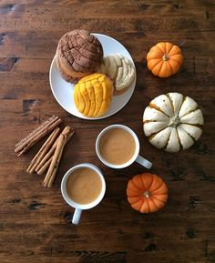 How to make Mexican atole de calabaza (a pumpkin-flavored, corn-based beverage). A gluten-free hot drink perfect for fall and winter! Recipe via theothersideofthetortilla.com.