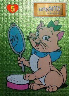 """La gattina color """"beige"""" misura cm. 21X24. Vanitosa, ama specchiarsi mentre s'incipria."""