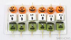 Balance Out Halloween Candy Overload With Spooky (& Adorable) Fruit Kebabs – SheKnows Buffet Halloween, Halloween Fruit, Healthy Halloween Treats, Halloween Drinks, Halloween Desserts, Halloween Food For Party, Halloween Trick Or Treat, Halloween Diy, Halloween Entertaining