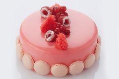 Torta di panna montata ricoperta di glassa lucida rossa al cioccolato. Ricetta tratta da 'Basic Tarts' di Christophe Declercq | Debic.com