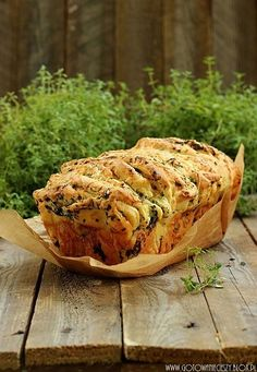 Tear-apart Herb and cheese bread (english recipe towards bottom) Bread Recipes, Snack Recipes, Cooking Recipes, Peasant Food, Pan Relleno, Cheese Bread, English Food, Food Inspiration, Food Dishes