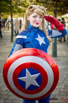 Every year, sexy Halloween costumes for women often get all the attention. But if you're not into showing it all, here are some modest Halloween costume ideas that'll make you look great while still keeping you covered. Captain America Cosplay, Modest Halloween Costumes, Halloween Cosplay, Couples Cosplay, Cosplay Girls, Cosplay Outfits, Amazing Cosplay, Best Cosplay, Gender Bend Cosplay