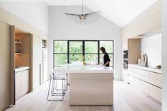 Cocina muebles madera isla electrodomesticos integrados nevera Smeg lampara Vertigo Lamp de Constance Guisset editada por Petite