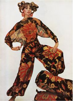 Jean Shrimpton photographed by David Bailey 1965 color photo print ad fashion model floral genie pants top Jean Shrimpton, David Bailey, Moda Retro, Moda Vintage, Vintage Vogue, 60s And 70s Fashion, Retro Fashion, Vintage Fashion, Ad Fashion