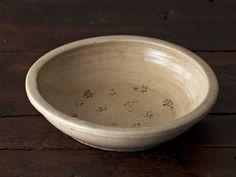 古道具屋で購入した石製の大皿。「長年の味わいがとても気に入っています。鍋料理をするときに素材を入れたりして使っています」と岩﨑さん。地味な煮物もよく似合い、ワンランク上の見た目に。