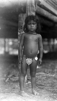Potret seorang gadis kecil dari suku Bugis dengan perhiasan perak. September 1919 Old Photos, Bikinis, Swimwear, Indie, Children, Fashion, Old Pictures, Bathing Suits, Young Children