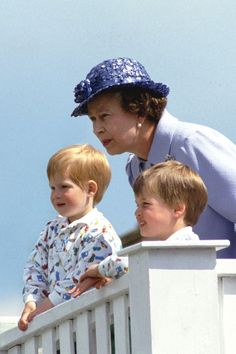 Queen Elizabeth II with her grandsons, Prince Harry and Prince William. Prince Phillip, Prince William And Kate, Prince Harry And Meghan, Prince William Family, Royal Uk, Royal Life, Royal Queen, Princesa Real, Princesa Diana