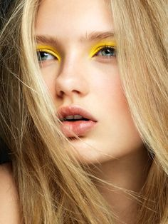 Your closet isn't the only thing that needs a spring cleaning (trust us). Here's how to spring clean your makeup - plus a few of the top spring makeup trends (think pastel eyeliner, peach lips and fresh faced beauty). Yellow Makeup, Yellow Eyeshadow, Colorful Eyeshadow, Colorful Makeup, Makeup Trends, Makeup Ideas, Makeup Tips, Beauty Make Up, Hair Beauty