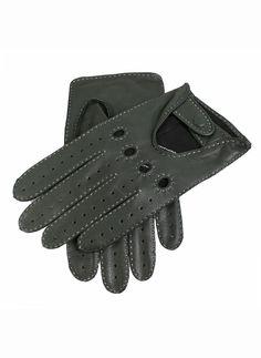 Gants de conduite homme en Daim avec dessus ajouré, trous au niveau des jointures et perforations sur les doigts. Couture contrastante réalisée à la main.