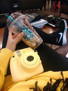 Желтый паллапоид, желтая кофта, напиток, черные кроссовки найк