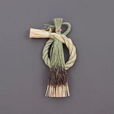 新年を迎えるためのしめ飾り自分で手作りしてみる Brooms And Brushes, Straw Crafts, Japanese New Year, New Years Decorations, Line Patterns, Japanese Culture, Plant Hanger, Macrame, Wreaths
