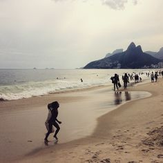 Praia de #Ipanema ! I had a really god day there yesterday... This place is #magic #BeautifulPlaces #earthpic #people #natgeo #natgeotravelpic #travel #traveller #teamtraveller #beach #awesometravel #awesomeearth #brazil #riodejaneiro #praiaipanema #live #wilsnessculture