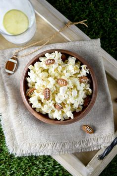 Almond Footballs and Kettle Corn Party Snack - Try this super easy, delicious and cute snack bowl that's sure win over all your guests at your next football-themed party. The Big Game is Are you ready? Cute Snacks, Game Day Snacks, Game Day Food, Party Snacks, Appetizers For Party, Yummy Snacks, Appetizer Recipes, Healthy Snacks, Nut Recipes