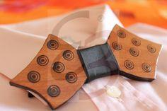 Papillon in legno di ayous con disegni e bordi realizzati a mano con nodo in raso nero