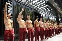 Être un hôte masculin signifie se balader torse nu, ce qui est extrêmement éprouvant. | 23 secrets que les employés d'Abercrombie