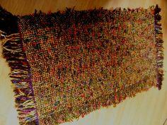 Tapete feito em tear de pente liço com fios de algodão e acrílico. O avesso apresenta tiras de tela antiderrapante. R$ 67,00