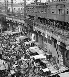 (昭和24)年4月20日、多くの買い物客でにぎわう東京・上野のアメヤ横丁。アメヤ横丁は戦後の闇市から発展