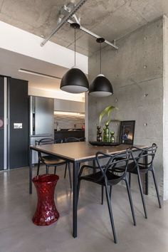 Concreto aparente no teto e trilhos expostos marcam apartamento sofisticado (Foto: ©Marcelo Donadussi) Loft Interior, Apartment Interior Design, Decor Interior Design, Interior Decorating, Industrial House, Industrial Interiors, Dinner Room, Dining Room Inspiration, Cute Home Decor